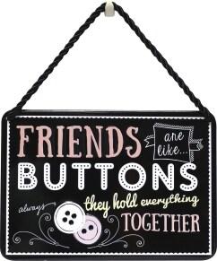 Κρεμαστή Μεταλλική Πινακίδα - Friends Are Like Buttons